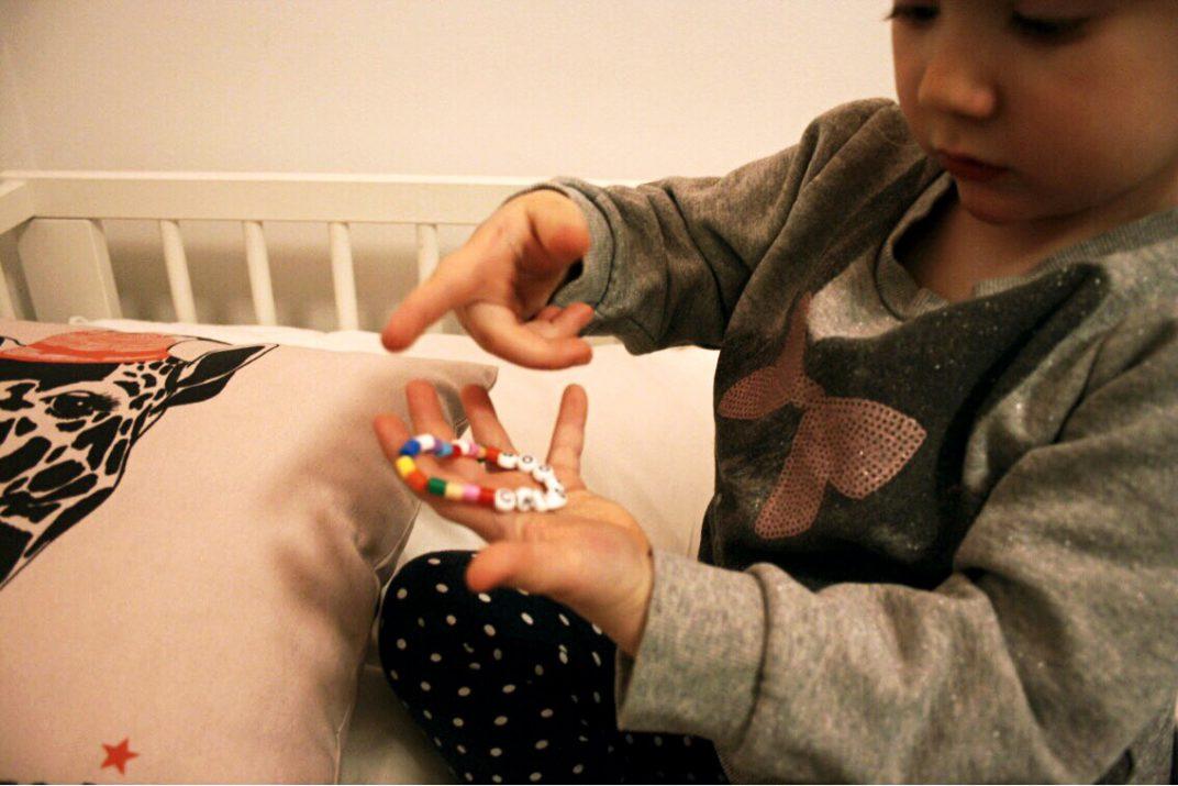 barn visar childhoods armband för barns rättigheter