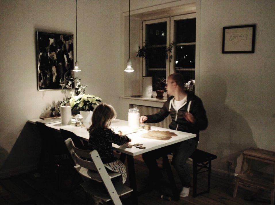 bror och dotter bakar pepparkakor i köket