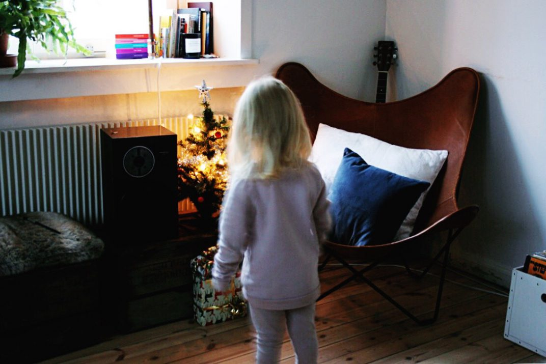 paket under granen på julaftons morgon